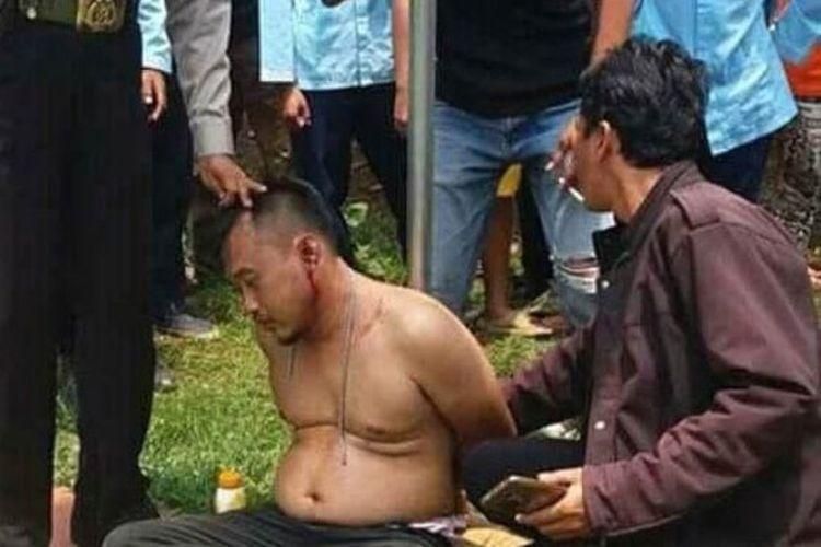 Petugas kepolisian dari Polsek Sukmajaya mengamankan Jarot Wahyudi (40) yang kedapatan membobol kotak amal mushola di Kampung Kebon Duren, Kalimulya, Cilodong, Depok, Jumat (29/9/2017) siang.