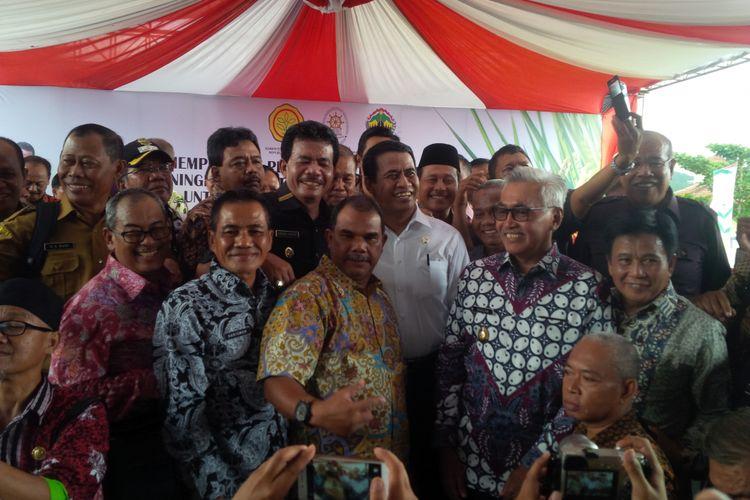 Menteri Pertanian Amran Sulaiman berswafoto dengan sejumlah Penyuluh Pertanian Lapangan (PPL) yang telah diangkat menjadi CPNS di Alun-alun Bung Karno, Ungaran, Kabupaten Semarang, Selasa (11/4/2017) siang.