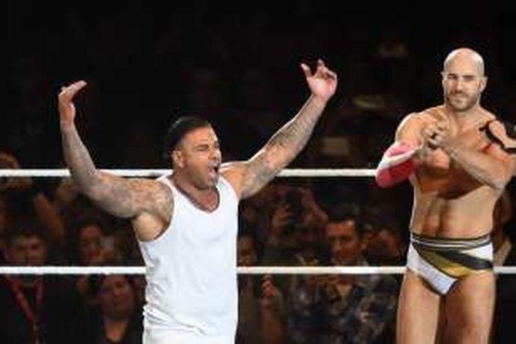 Tim Wiese alias The Machine (kiri) melakoni debut dalam partai tag team WWE di Munich, Kamis (3/11/2016).