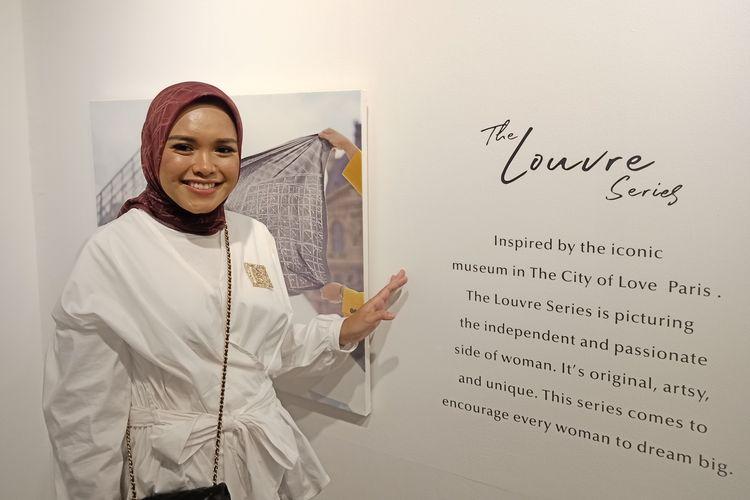 Pemilik sekaligus Direktur Kreatif Buttonscarves, Linda Aggrea di thematic store Buttonscarves Senayan City, Jakarta Selatan, Jumat (13/3/2020).