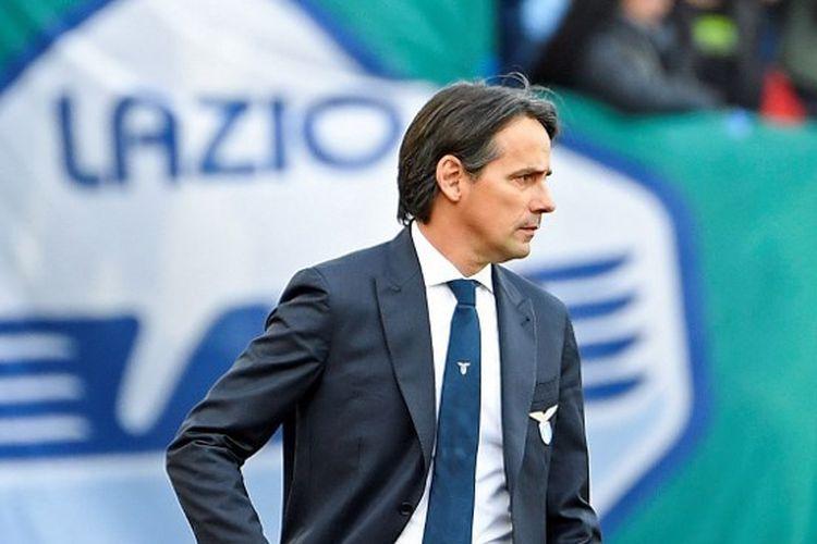 Pelatih Lazio, Simone Inzaghi, memberikan instruksi dari pinggir lapangan dalam laga Lazio vs Bologna yang digelar di Stadion Olimpico, 29 Februari 2020.