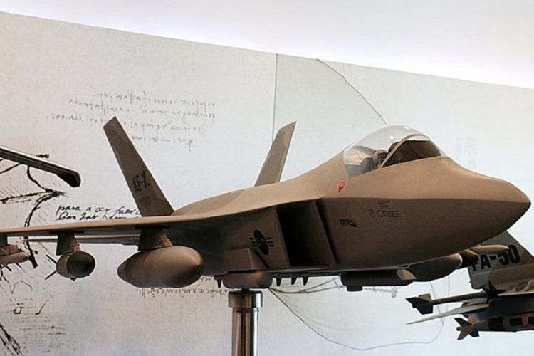 Model pesawat tempur KF-X ini ditampilkan di bagian depan perusahaan penerbangan Korea Aerospace Industries (KAI) di Sacheon, Korea Selatan, Jumat (6/4/2018). Riset untuk pembuatan prototipe pesawat tempur generasi 4,5 ini masih berlangsung sampai 2021. Adapun proyek dijadwalkan rampung pada 2026 dengan produksi 250 pesawat tempur untuk Korea dan Indonesia.