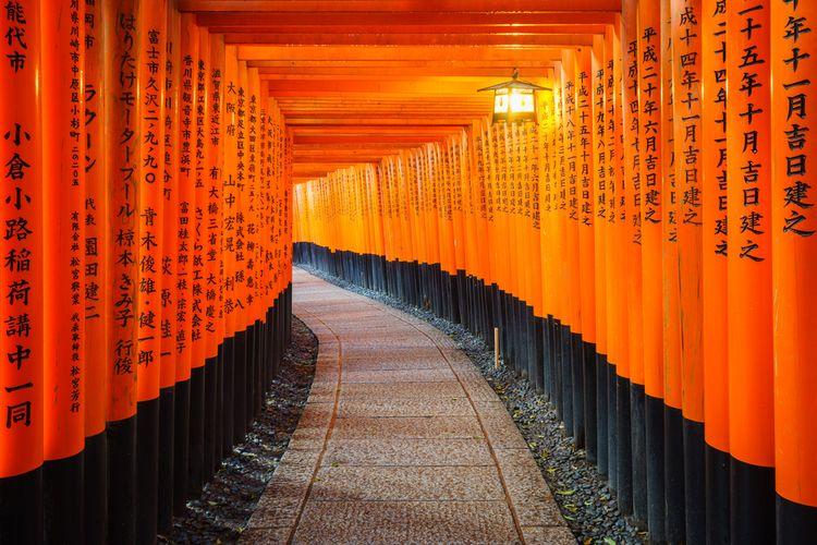 Gerbang torii di Kuil Fushimi Inari, Kyoto, Jepang.