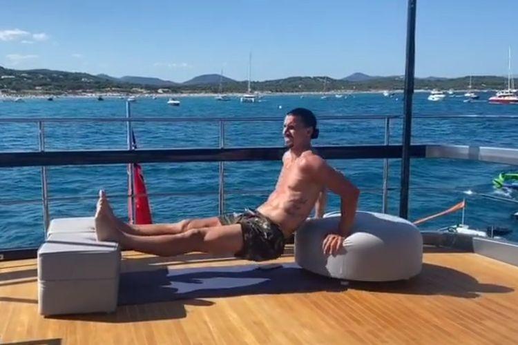 Zlatan Ibrahimovic berolahraga di atas superyacht di tengah berlibur.