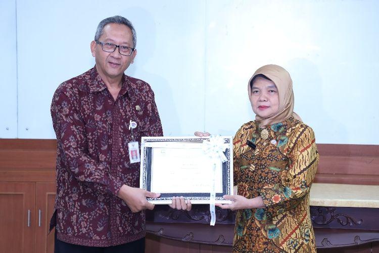 Sekretaris Utama Perpusnas Sri Sumekar menyerahkan tiga arsip bersertifikat Memory of the World (MoW) kepada Sekretaris Utama ANRI Sumrahyadi di Ruang Soemartini Gedung A, Lantai 2, ANRI, Jumat (9/8/2019).