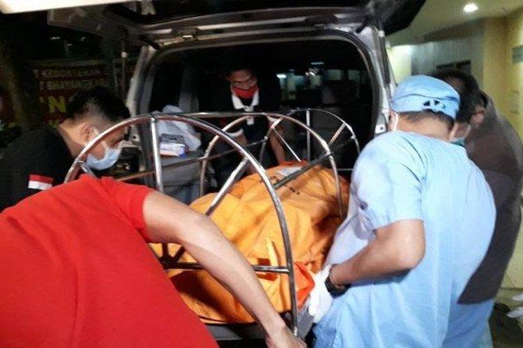 Jenazah Cai Changpan saat dibawa masuk ke Instalasi Forensik RS Polri Kramat Jati, Jakarta Timur, Sabtu (17/10/2020).