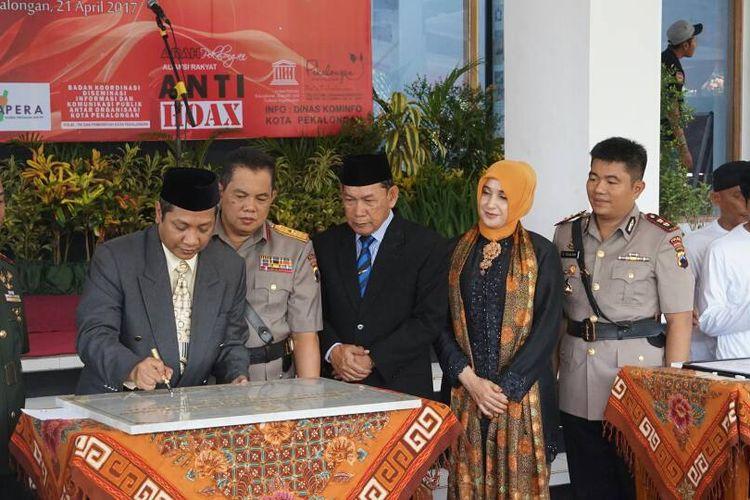 Walikota Pekalongan, Jawa Tengah, Alf Arslan Djunaid menandatangani prasasti penamaan Stadion Hoegeng setelah sebelumnya bernama Kota Batik, Jumat (21/4/2017).