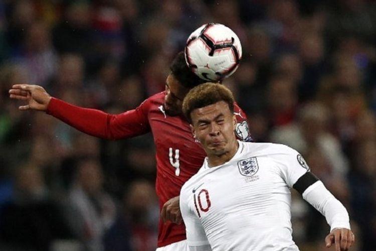Theodor Gebre Selassie dan Dele Alli memperebutkan bola pertandingan Inggris vs Rep. Ceko dalam babak kualifikasi Piala Eropa 2020 di Stadion Wembley, 22 Marer 2019.