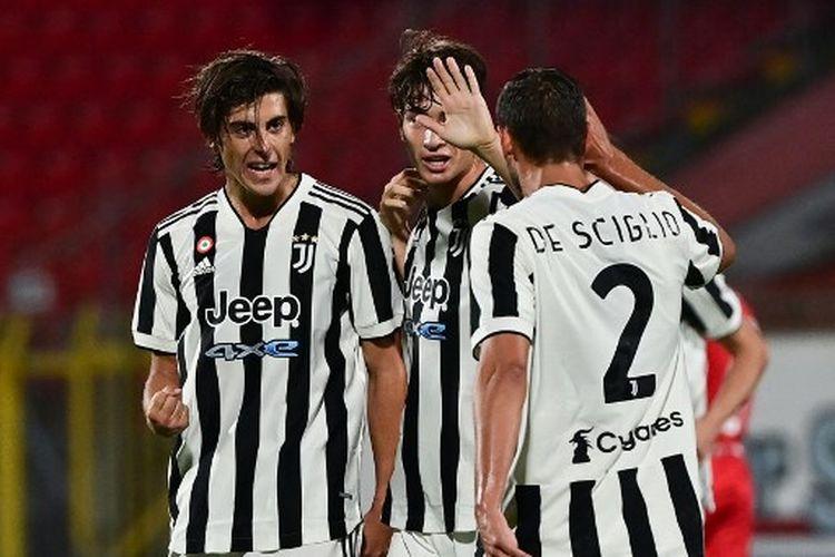 Gelandang Juventus, Filippo Ranocchia (tengah) merayakan golnya pada laga Trofeo Berlusconi melawan AC Monza di Brianteo Stadium atau U-Power Stadium pada Sabtu (31/8/2021).
