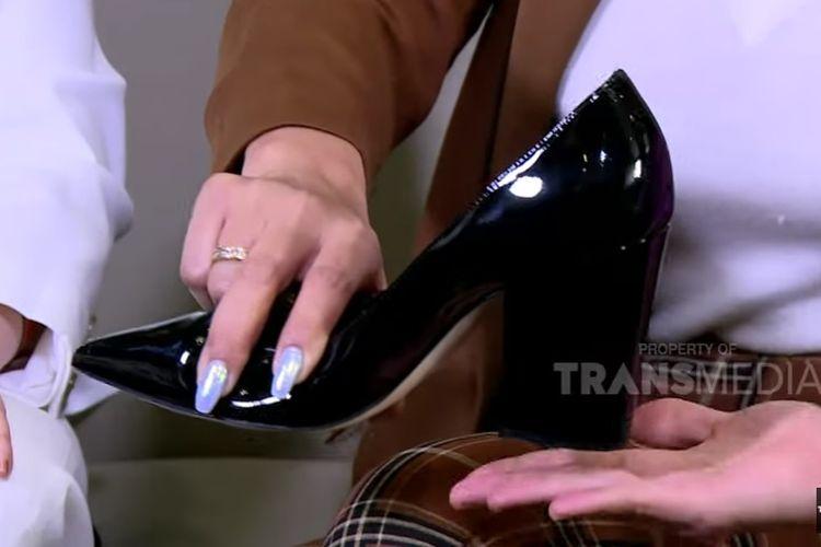 Sepatu hak chunky milik Krisdayanti untuk berkantor di DPR.