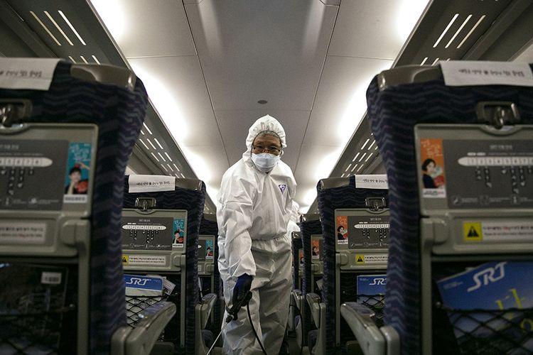 Seorang pekerja dari layanan pembersihan menyemprotkan desinfektan di dalam gerbong kereta sebagai upaya mencegah penyebaran virus corona yang berasal dari Wuhan, China, di Stasiun Kereta Api Suseo di Seoul, Korea Selatan, Jumat (24/1/2020). Hingga saat ini, sudah 12 negara di berbagai belahan Bumi yang positif mengumumkan terdampak virus corona yang dilaporkan sudah menjangkiti 1.300 orang dan membunuh 41 orang di China.