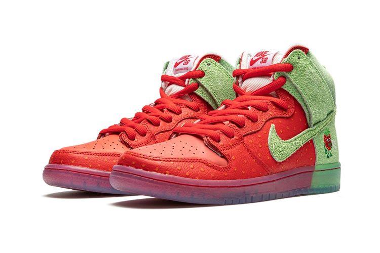 Sneaker Nike SB Dunk yang mendapat corak warna Strawberry Cough ini, merupakan hasil kolaborasi Nike dengan seniman Todd Bratrud.