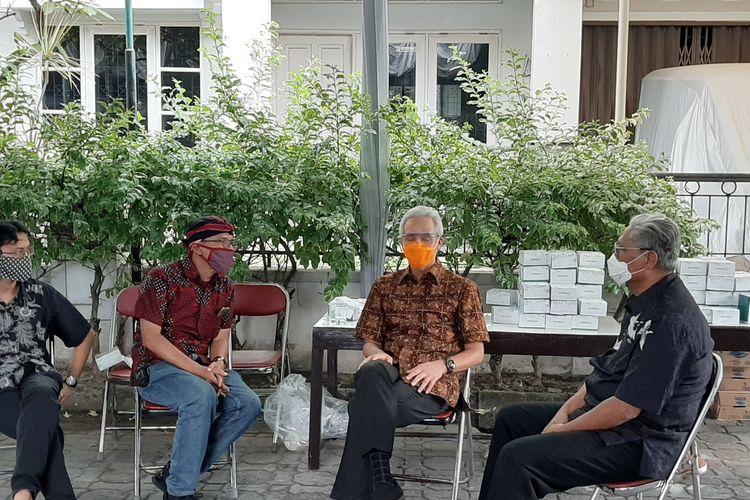 Gubernur Jawa Tengah, Ganjar Pranowo saat melayat di rumah duka Cornelis Lay di Perum Cemara Blok F-13 Krodan RT 13/ RW 71 Maguwoharjo, Depok, Sleman