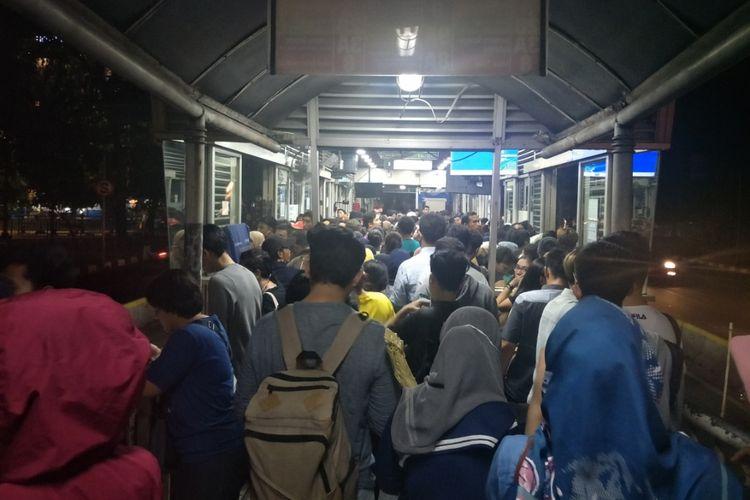 Kepadatan penumpang di Halte Transjakarta Grogol 1, Minggu (4/8/2019) malam.