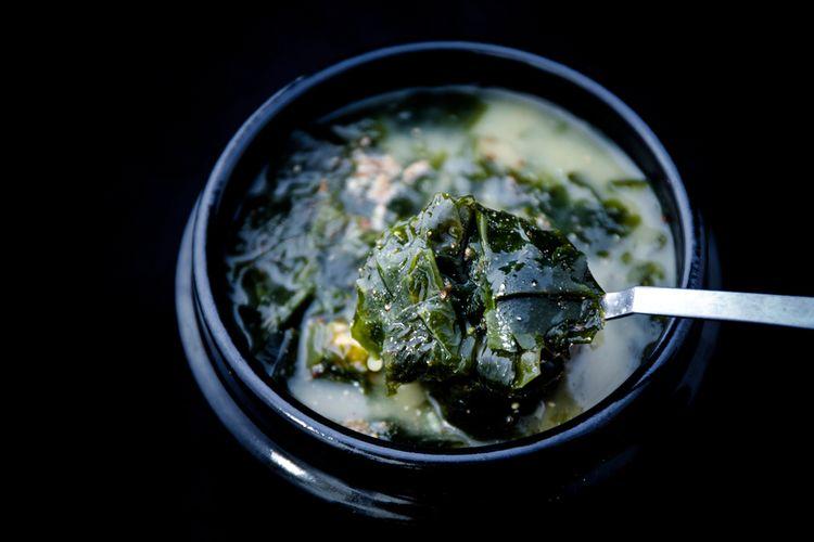 Ilustrasi kuliner Korea : sup rumput laut hijau (miyeok-guk).