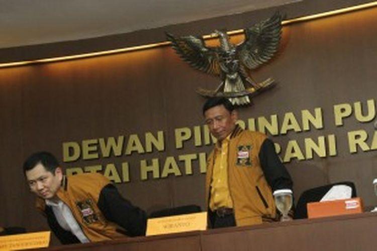 Harry Tanoe Soedibyo (kiri) bersama Ketua Umum Partai Hanura, Wiranto saat jumpa pers di kantor DPP Hanura Jakarta Pusat, Minggu (17/2/2013).