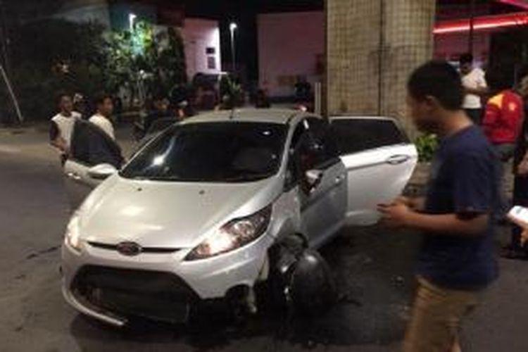Kondisi sementara mobil Ford B 169 NDA yang menabrak pembatas jalan di Jakarta Selatan, Sabtu (20/9/2014).