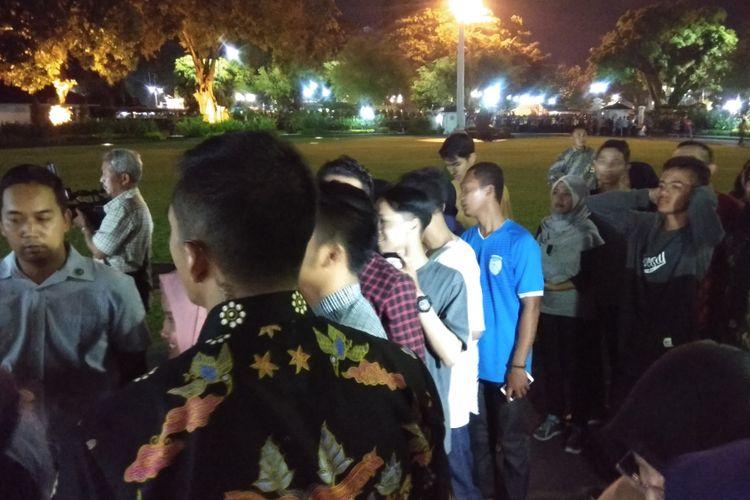 Puluhan warga di Jalan Malioboro, Yogyakarta berfoto dengan Presiden Joko Widodo di halaman Gedung Agung Istana Kepresidenan, Yogyakarta, Minggu (31/12/2017) malam. Puluhan orang tersebut masuk tanpa menggunakan pakaian yang formal.