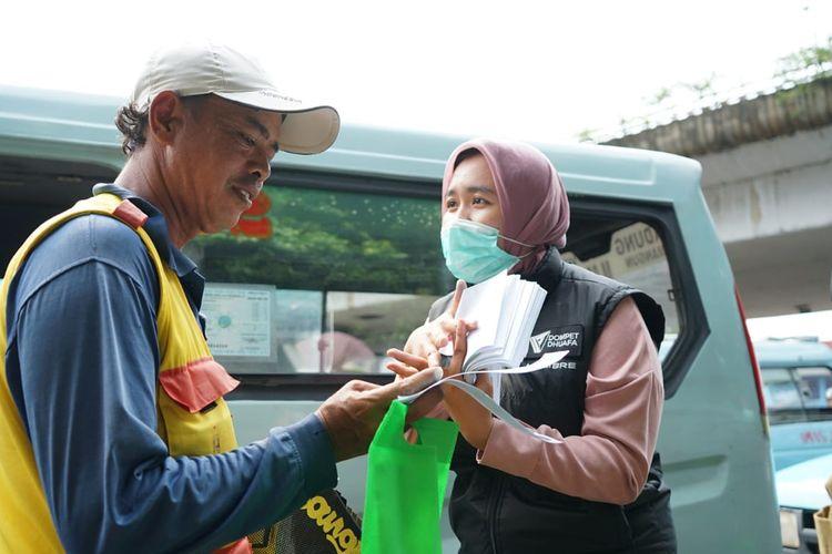Tim kesehatan Dompet Dhuafa membagikan hygiene kit dan memberikan edukasi kepada masyarakat yang berprofesi sebagai pekerja rentan di kawasan Jakarta. Upaya tersebut sebagai langkah menangkal persebaran Corona