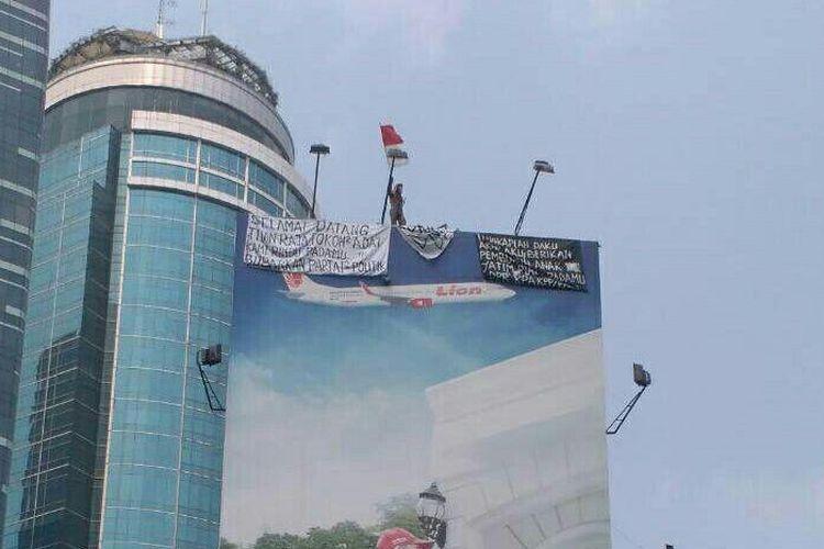 Agustinus Woro, memanjat baliho di Setiabudi, Jakarta Selatan, Jumat (26/5/2017).
