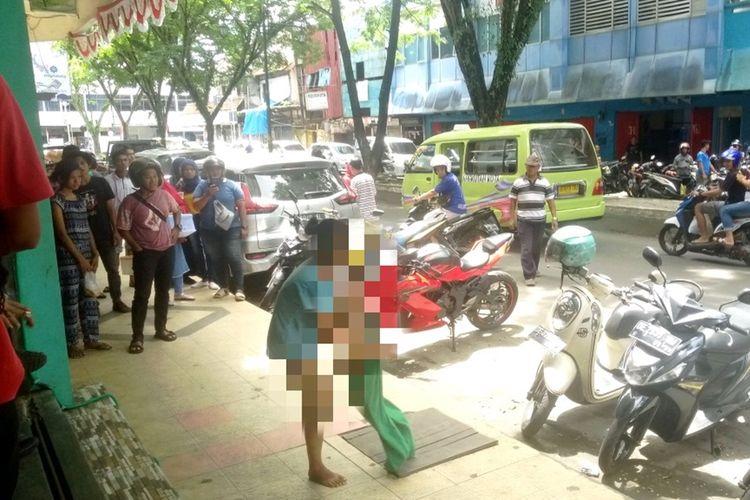 Seorang wanita melucuti celananya di Jalan Sam Ratulangi Ambon setelah terlibat perkelahian dengan suaminya di kawasan tersebut, Rabu (30/10/2019)