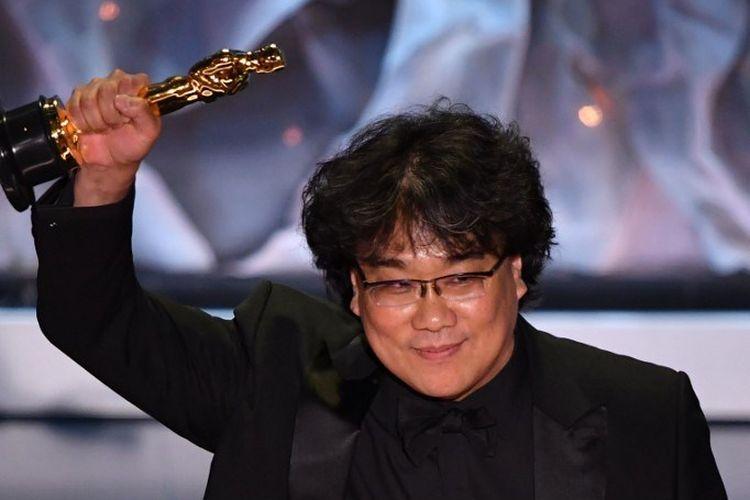 Sutradara asal Korea Selatan Bong Joon Ho menerima Piala Oscar untuk Film Internasional Terbaik pada Academy Awards 2020 di Dolby Theatre, Hollywood, California, Minggu (9/2/2020).