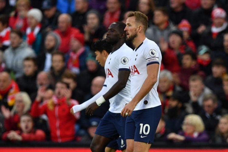 Harry Kane kembali ke tengah lapangan seusai merayakan golnya pada pertandingan Liverpool vs Tottenham Hotspur dalam lanjutan Liga Inggris di Stadion Anfield, 27 Oktober 2019.