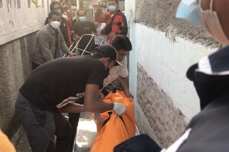Korban pembunuhan di Jalan Kelapa Puan, Jagakarsa, Jakarta Selatan dievakuasi menggunakan keranda mayat pada Selasa (27/7/2021).