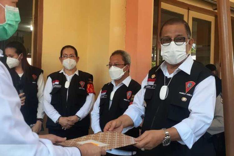 Sebanyak 7.280 dosis vaksin Sinovac untuk kota Ambon tiba di kantor wali kota Ambon, Rabu (13/1/2021). Kedatangan ribuan vaksin ini diterima langsung Wali Kota Ambon, Richard Louhenapessy