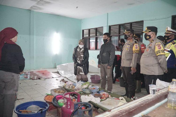 Menteri Sosial Tri Rismaharini (mengenakan jaket) saat di dapur umum mengunjungi korban terdampak banjir di Indramayu, Jawa Barat.