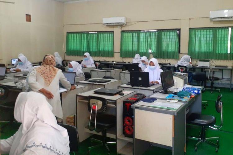 Proses ujicoba pembelajaran tatap muka di SMK Negeri 1 Depok, Kabupaten Sleman.
