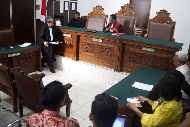 Kuasa hukum Romahurmuziy, Maqdir Ismail (kiri) memberikan berkas kepada Hakim tunggal Agus Widodo (kanan) pada sidang praperadilan di Pengadilan Negeri Jakarta Selatan, Jakarta, Selasa (14/5/2019). Hakim tunggal Agus Widodo menggugurkan praperadilan yang diajukan Romahurmuziy alias Rommy. Agus menyebut pokok perkara yang menjerat Rommy sesuai dengan aturan yang berlaku sehingga praperadilan digugurkan. ANTARA FOTO/Yulius Satria Wijaya/aww.