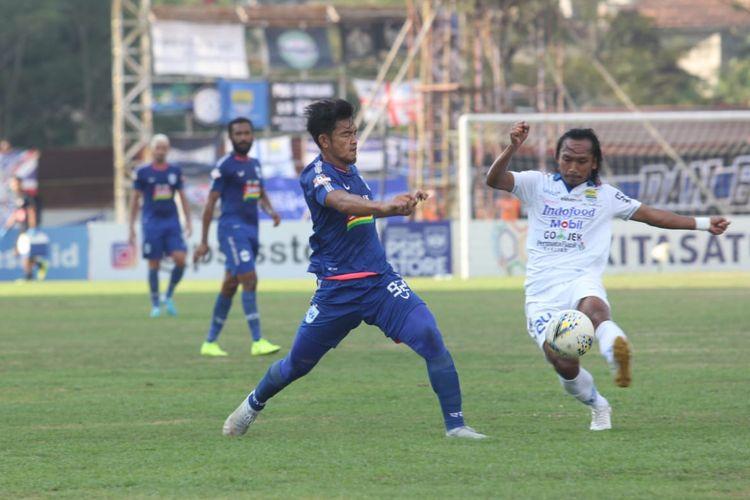 Pemain PSIS, Bayu Nugroho dan gelandang Persib, Hariono, berjibaku di Stadion Madya, Magelang, Minggu (21/7/2019).