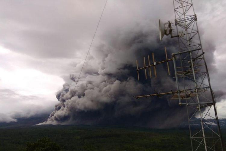 Awan panas guguran yang keluar dari Kawah Jonggring Seloko Gunung Semeru, Jawa Timur, Sabtu (16/01/2021).