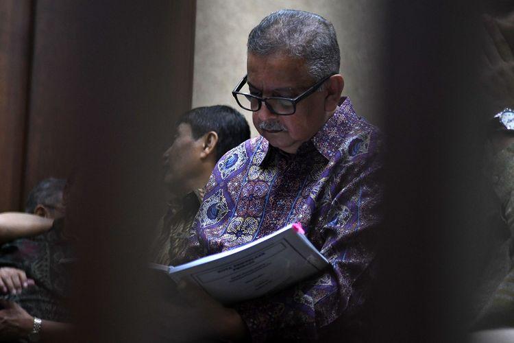 Terdakwa kasus suap proyek PLTU Riau-1 Sofyan Basir (kanan) membaca naskah nota pembelaannya sebelum sidang lanjutan di Pengadilan Tipikor, Jakarta, Senin (21/10/2019). Sidang tersebut beragendakan pembacaan nota pembelaan atau pledoi terdakwa. Pada sidang sebelumnya jaksa penuntut umum (JPU) dari KPK menuntut terdakwa dengan pidana penjara selama lima tahun dan denda Rp200 juta subsider tiga bulan kurungan. ANTARA FOTO/Aditya Pradana Putra/wsj.   *** Local Caption ***