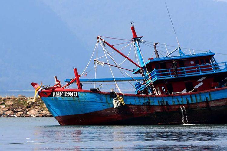 Kapal asing berbendera Malaysia digiring oleh petugas patroli dari Pangkalan PSDKP Lampulo, Banda Aceh, menuju Pelabuhan Lampulo Banda Aceh, Rabu (6/2/2019). Dua kapal ilegal asing berbendera Malaysia ditangkap oleh petugas patroli dari Pangkalan PSDKP Lampulo dengan menggunakan Kapal Hiu 012 di kawasan perairan Zona Ekonomi Eksklusif (ZEE) Indonesia, Selat Malaka, pada Sabtu (2/2/2019).