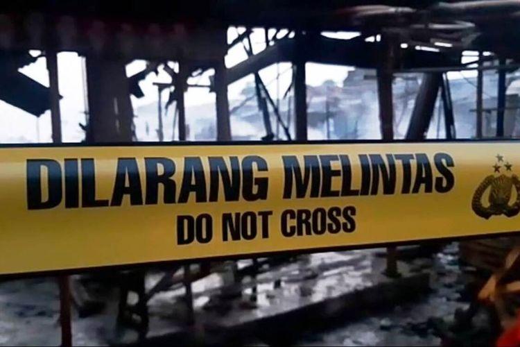 Garis polisi dipasang di lokasi kebakaran Pasar Rakyat Ciranjang, Kabupaten Cianjur, Jawa Barat, yang meluluhlantakan ratusan kios dan los, Senin (10/8/2020).