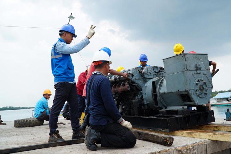 Petugas PLN saat relokasi pembangkit dari Selat Nasik ke Pulau Kuil, Belitung.