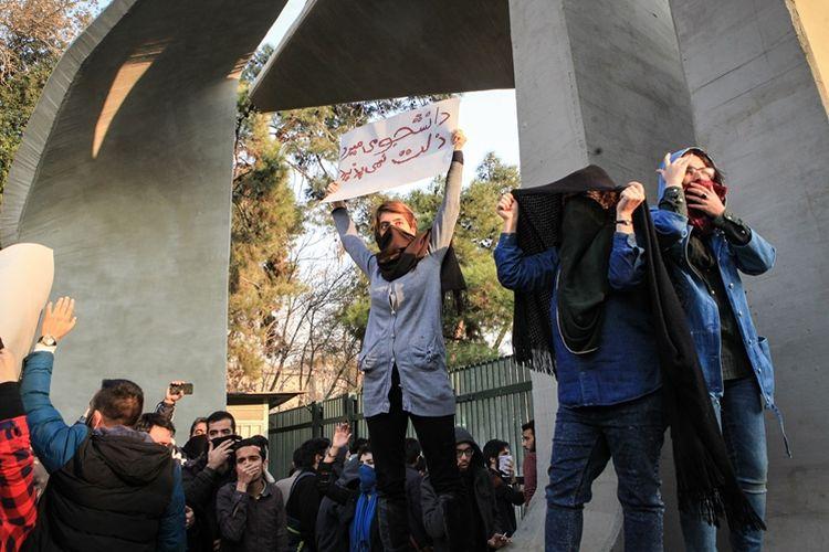 Aktivis mahasiswa melakukan aksi protes terhadap pemerintah di Teheran, Desember 2017 lalu.
