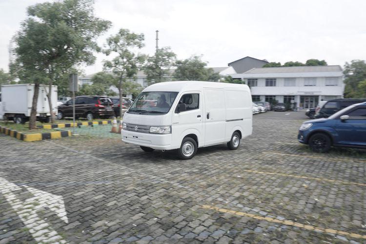 Suzuki memperkenalkan Carry versi Minibus dan blind van. Kehadiran dua model ini menambah potensi kegunaan Carry sebagai kendaraan niaga.