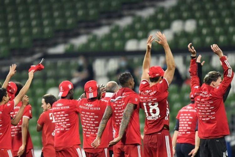 Para pemain Bayern Muenchen melakukan selebrasi setelah mengamankan gelar juara Bundesliga Ke-30.
