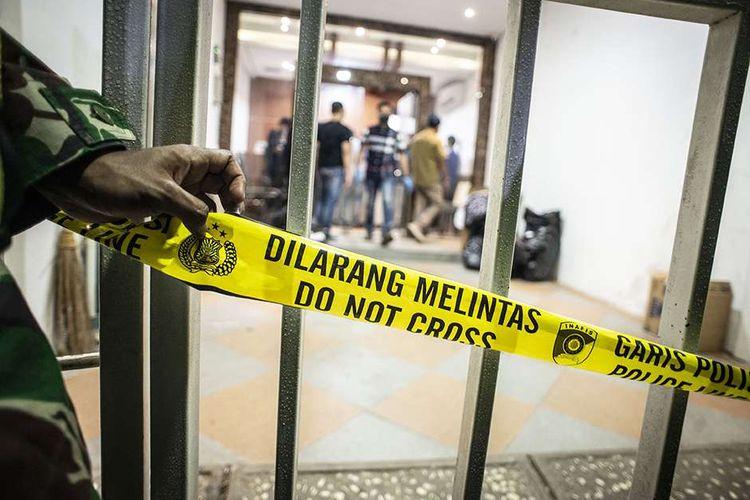 Garis dilarang melintas terpasang di pintu gerbang saat tim Densus 88 Antiteror melakukan penggeledahan di bekas markas Front Pembela Islam (FPI), Petamburan, Jakarta, Selasa (27/4/2021). Tim Densus 88 Antiteror menggeledah tempat tersebut pascapenangkapan mantan Sekretaris Umum Front Pembela Islam (FPI) Munarman terkait kasus dugaan tidak pidana terorisme.