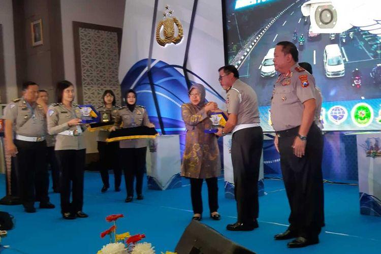 Risma mendapatkan penghargaan dari Kakorlantas Mabes Polri dalam acara launching program Electronic Traffic Law Enforcement di Markas Polda Jatim, Kamis (16/1/2020).