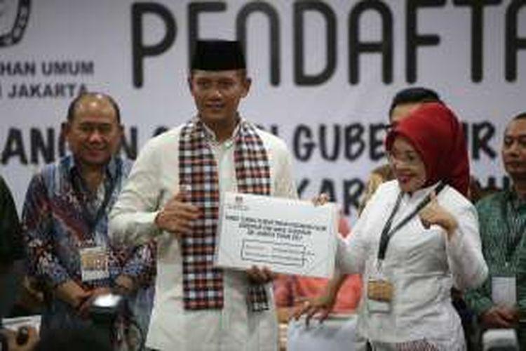 Agus Harimurti Yudhoyono dan Sylviana Murni saat mendaftar di KPU DKI Jakarta, Jumat (23/9/2016). Agus dan Sylviana resmi mendaftarkan diri sebagai pasangan bakal cagub dan cawagub Pilkada DKI Jakarta, setelah diusung oleh empat partai yakni Demokrat, PKB, PPP, PAN.