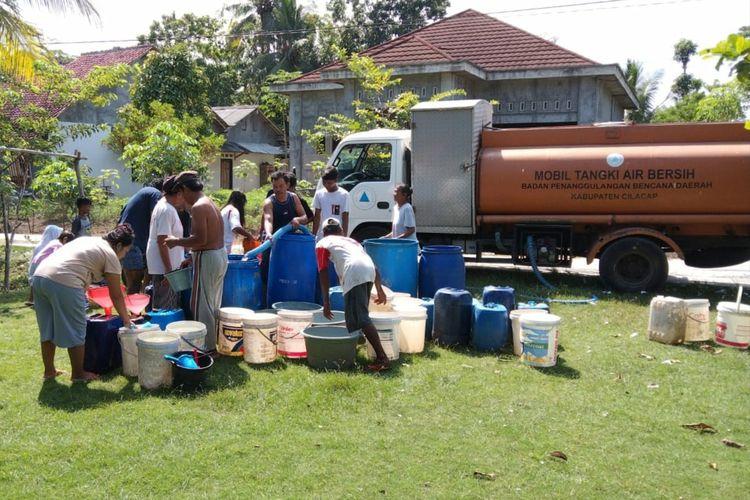 BPBD mengirimkan bantuan air bersih di Desa Bojong, Kecamatan Kawunganten, Kabupaten Cilacap, Jawa Tengah.