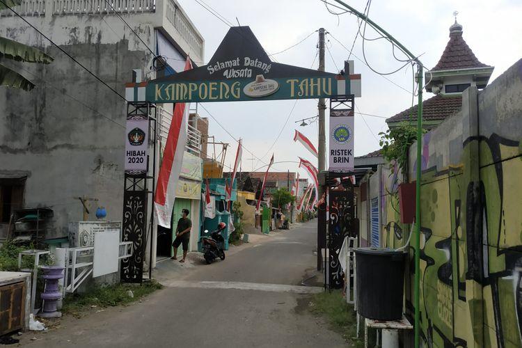 Gerbang masuk kawasan pariwisata Kampung Tahu di Kelurahan Tinalan, Kecamatan Pesantren, Kota Kediri, Jawa Timur.