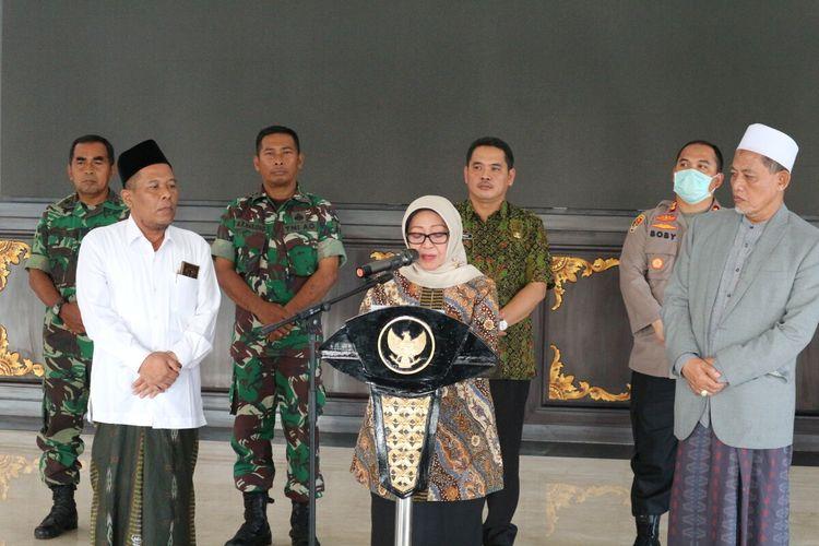 Bupati Jombang Mundjdah Wahab (tengah), didampingi Ketua Majelis Ulama Indonesia (MUI) dan PC Nahdlatul Ulama (PCNU), beserta jajaran Forkopimda Jombang, saat mengumumkan penetapan status darurat bencana Covid-19, di Pendopo Kabupaten Jombang, Jawa Timur, Kamis (26/3/2020).