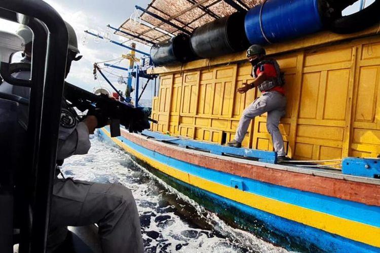 Badan Keamanan Laut (Bakamla) RI melalui unsur patroli laut KN Pulau Dana-323 kembali berhasil menangkap Kapal Ikan Asing (KIA) berbendera Vietnam yang sedang melakukan aktivitas penangkapan ikan secara ilegal di perairan Natuna Utara perbatasan Indonesia-Malaysia bagian Utara, Kabupaten Natuna, Kepulauan Riau (Kepri), Minggu (16/05/2021).