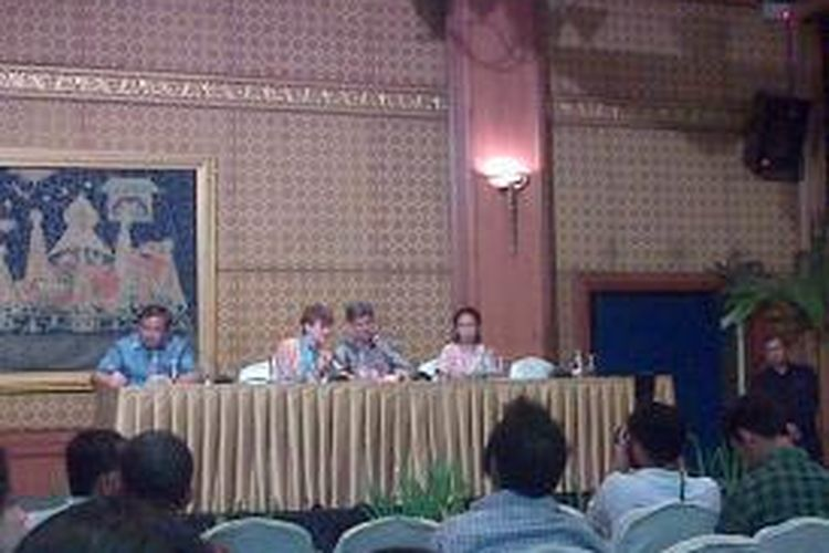 Kepala Sekolah Jakarta International School Timothy Carr (ketiga dari kiri) dalam konferensi pers di Hotel Sultan, Jakarta, Senin (11/4/2014).