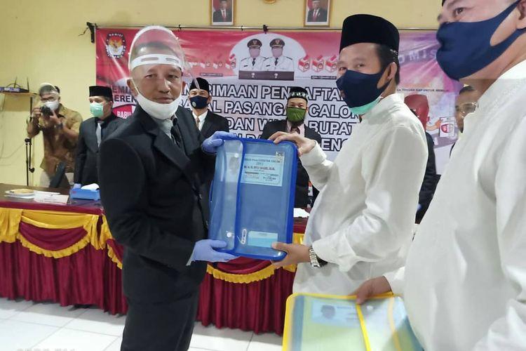 Pasangan calon Ibnu Saleh - Herry Erfian mendaftar di KPU Bangka Tengah, Jumat (4/9/2020).